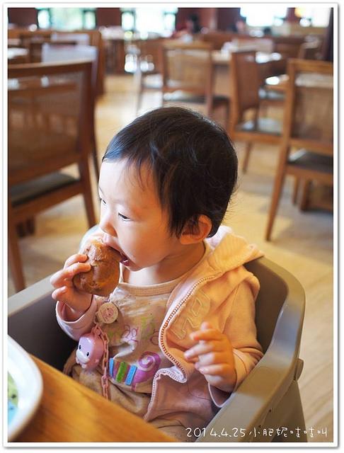 小貝貝第一次吃媽媽做的麵包!!!
